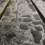 Regen und Regenwasser auf Planken